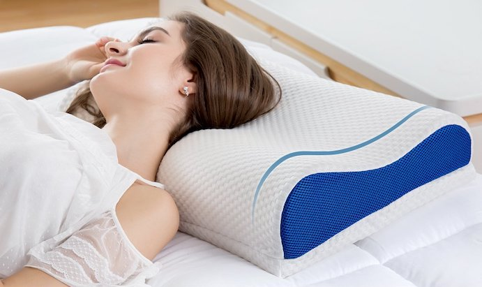 mujer en almohada cervical