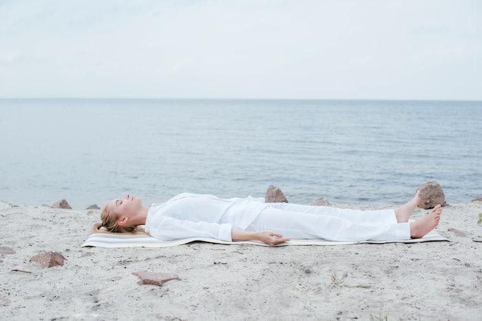 mujer tumbada relajada