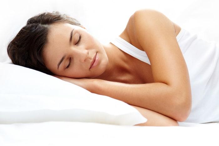 mujer en almohada visco