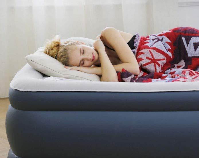 mujer en colchón de aire